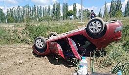 Uşak'ta otomobil şarampole devrildi:...