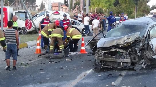 Uşak'ta kırmızı ışıkta katliam gibi kaza: 1 ölü, 17 yaralı