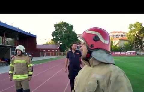 Uşak'lı futbolculardan İtfaiye personeline pastalı ihbar