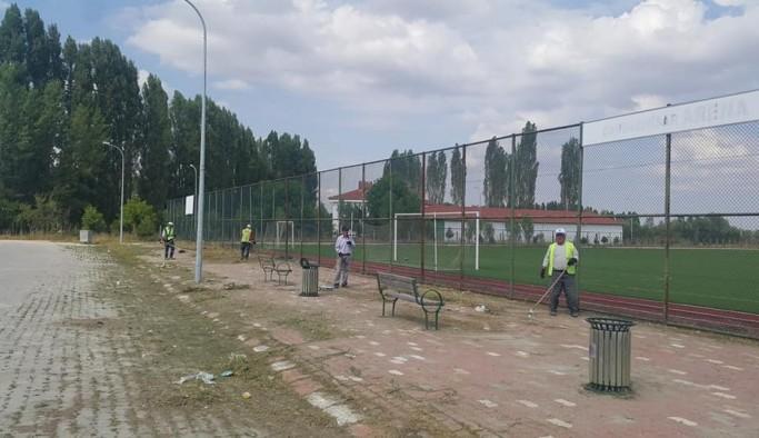 Çavdarhisar'da futbol sahasında peyzaj çalışmaları