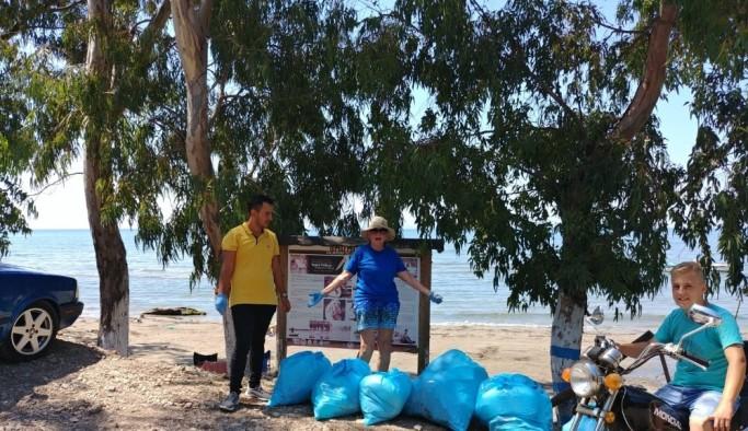 Doğanbey sevdalısı Joana, her sabah sahildeki çöpleri topluyor