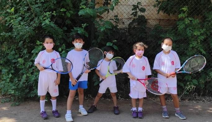 Salihli'de minikler tenis öğreniyor