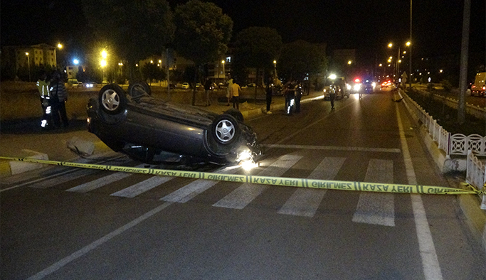 Uşak'ta orta refüje çarpan araç ters devrildi: 1 yaralı