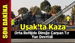 Uşak'ta Kaza,  Orta Refüjde Direğe Çarpan Tır Yan Devrildi